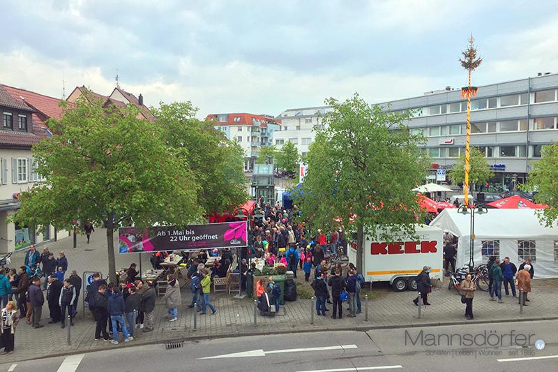 Blick auf das Maibaumfest auf dem Löwenmarkt