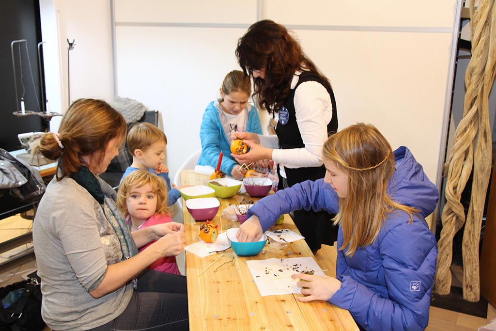 Buntes Kinderprogramm: Basteln von Natur-Eulen