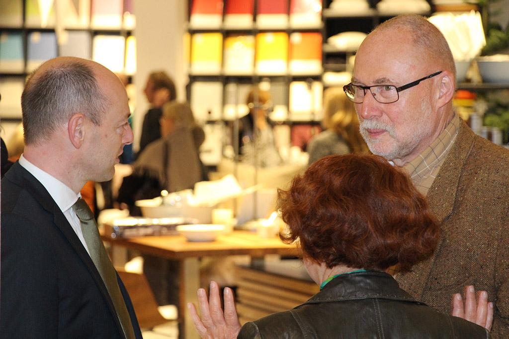 Marcus Mannsdörfer (links) berät Kunden am Hausfest