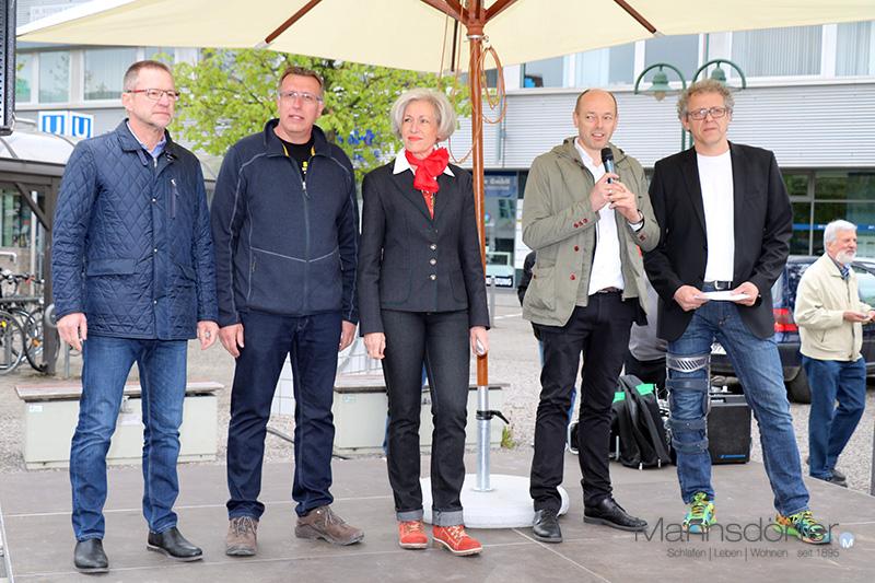 Eröffnung des Maibaumfest auf dem Löwen-Markt mit Marcus Mannsdörfer ( 2. v.r.)